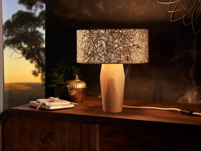 Tischlampe-Pura-Eiche-Rosenblueten-Ambiente